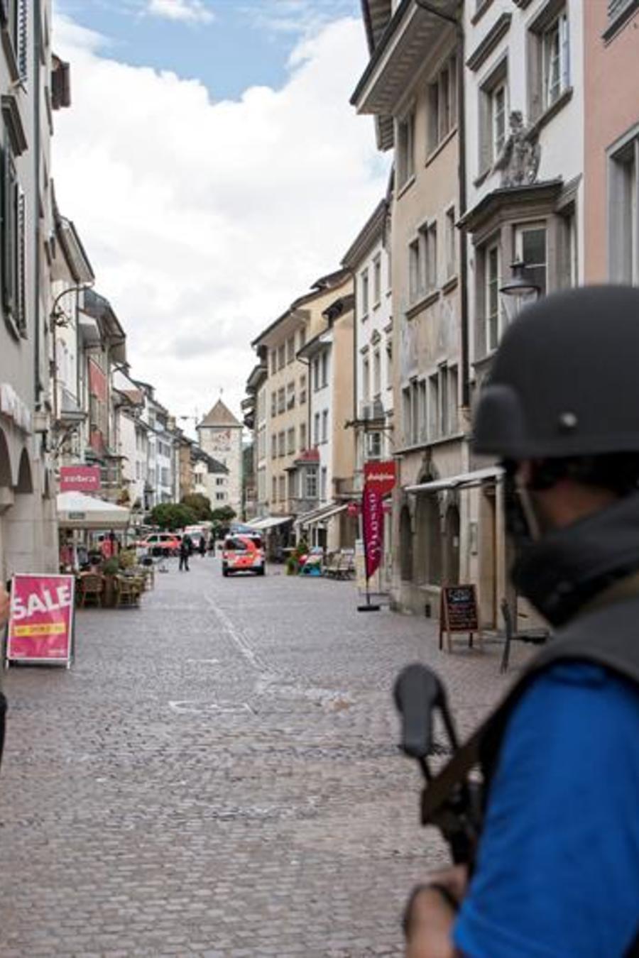 La policía cierra el casco antiguo de Schaffhausen a la espera de encontrar a un hombre no identificado, en Schaffhausen, Suiza.