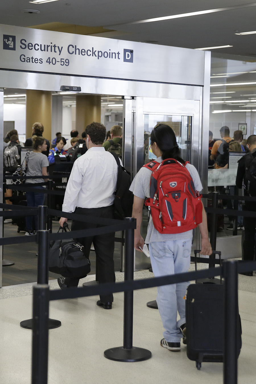 En esta fotografía del miércoles 29 de junio de 2016 se muestra a pasajeros pasando por un control de seguridad en la Terminal 2 en el Aeropuerto Internacional de San Francisco.