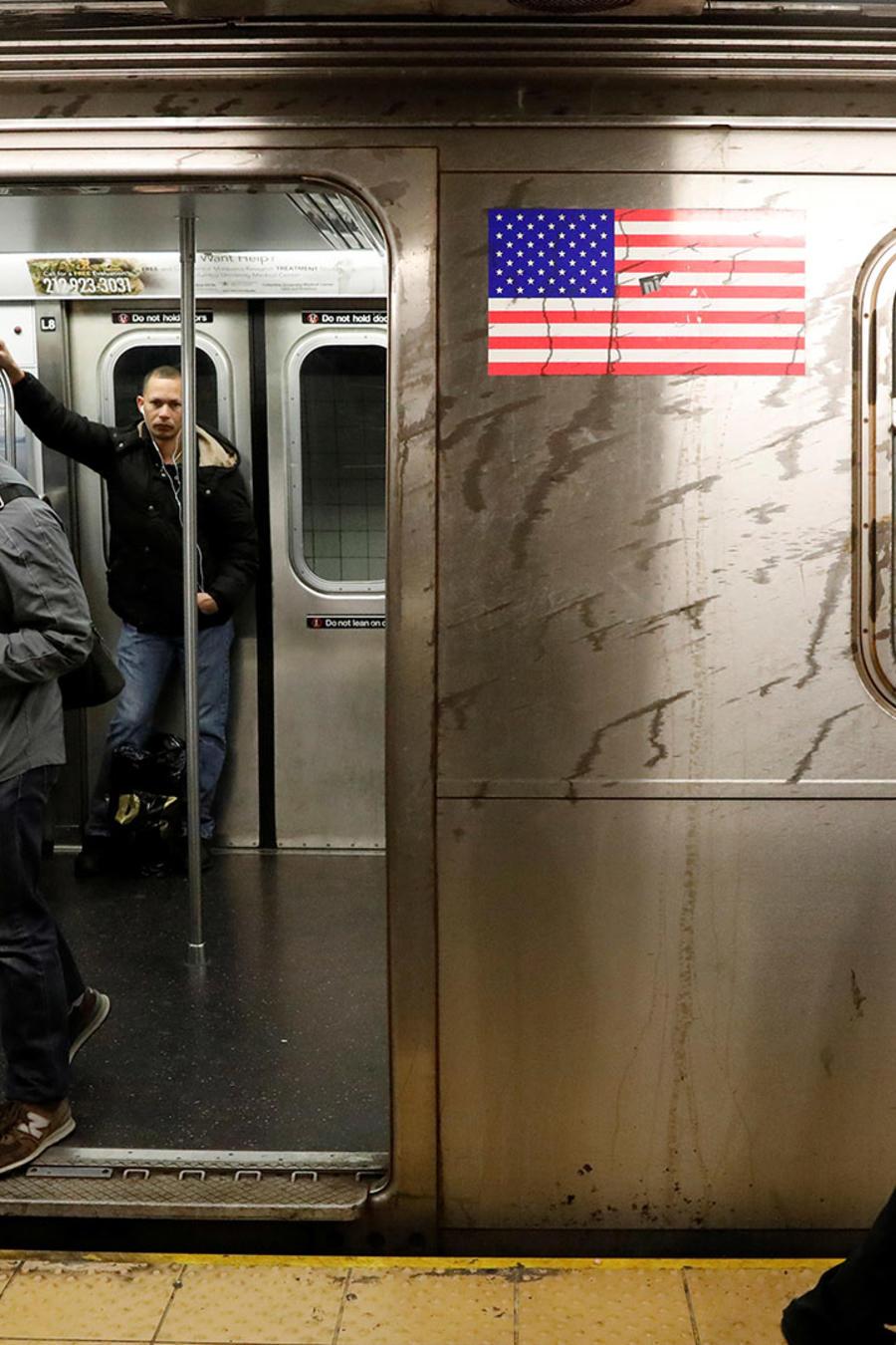 Pasajeros esperan en una parada de metro de Nueva York en una foto de archivo.