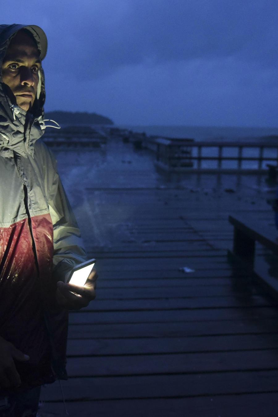 David Cruz Marrero observa las olas en el muelle de Punta Santiago antes de la llegada del huracán María en Humacao, Puerto Rico, el 19 de septiembre de 2017.