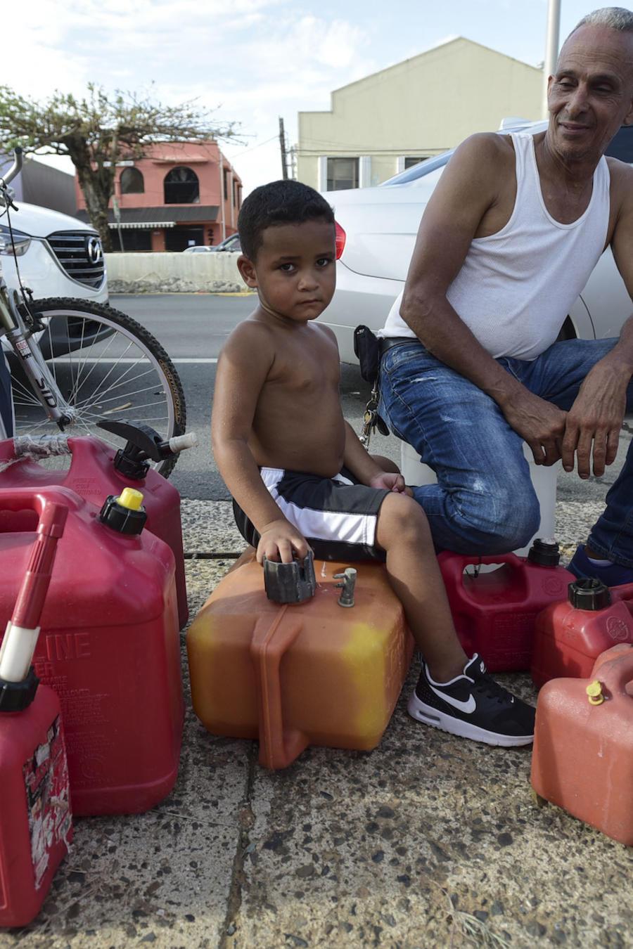 Ricardo Gonzalez espera el sábado en la fila con su tío Miguel Colon para conseguir combustible en Carolina tras el paso del huracán María por Puerto Rico.