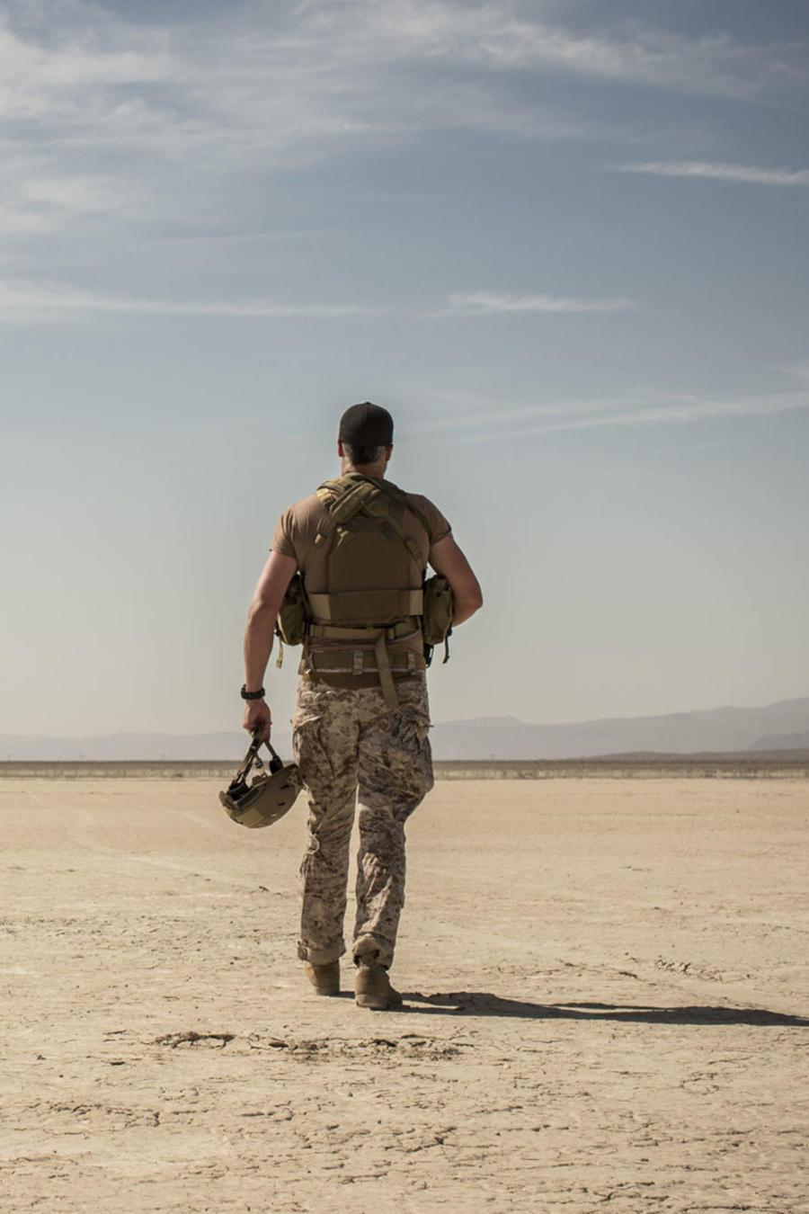 Soldado caminando en el desierto.