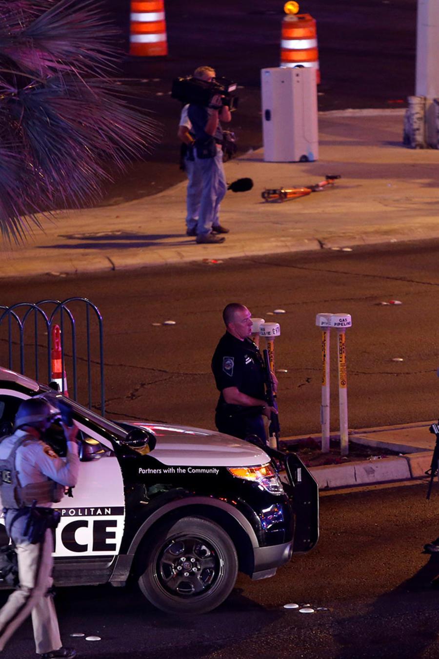 Oficiales de la Policía metropolitana de Las Vegas en las cercanías donde esta madrugada un hombre abrió fuego contra los asistentes a un concierto de música country.
