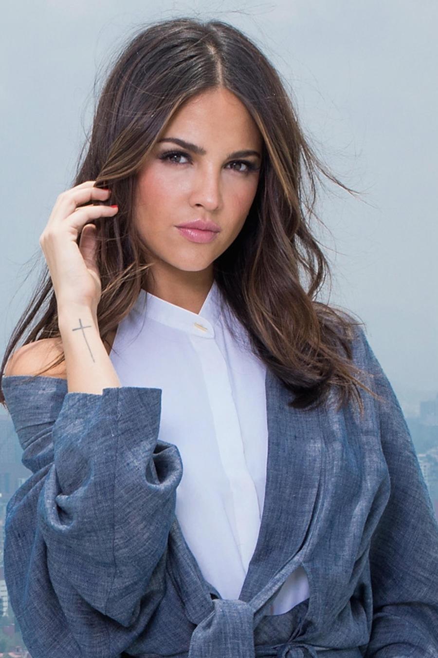 Eiza González tocando su cabello