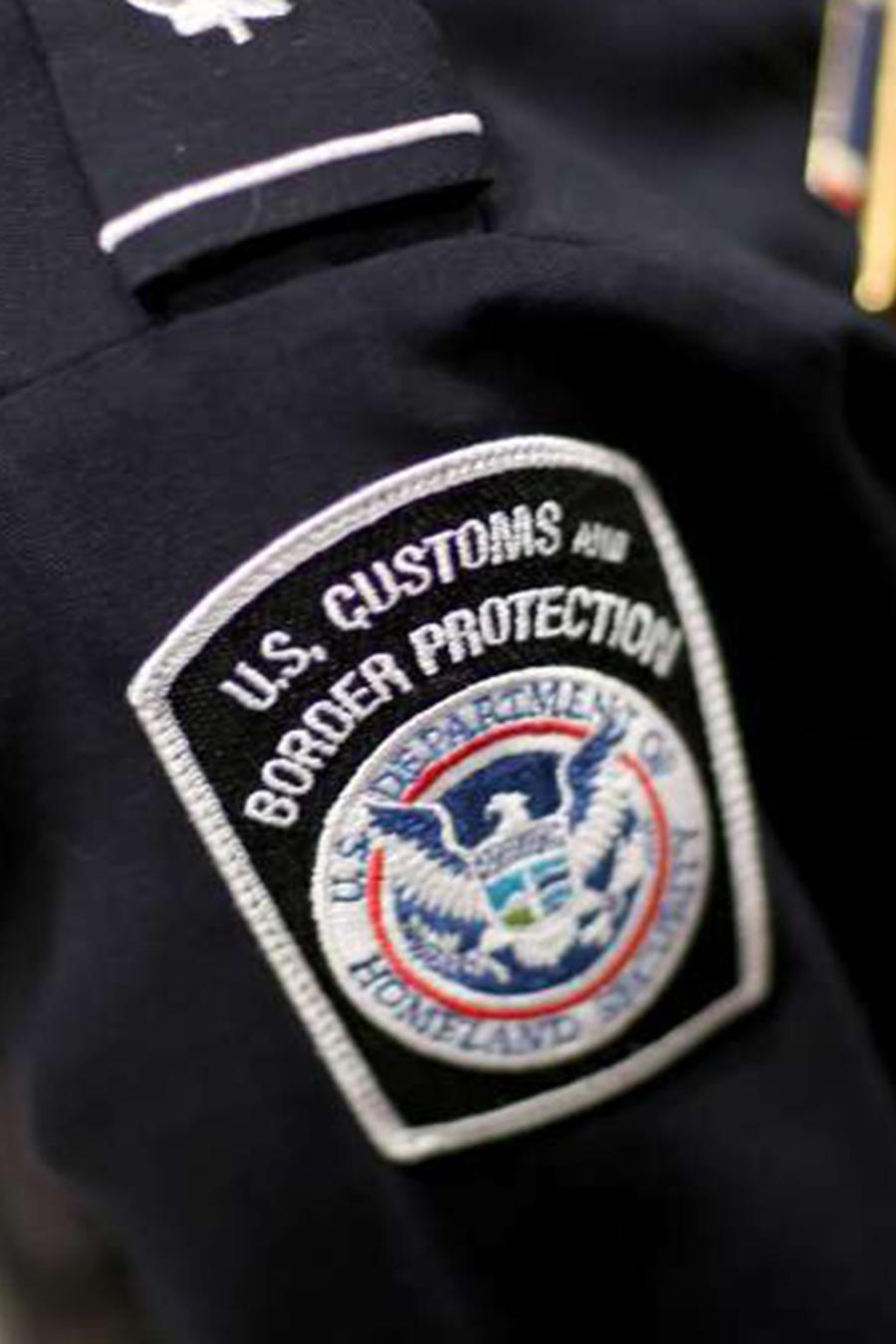 Agentes de ICE y CBP podrán revisar las redes sociales de viajeros e inmigrantes.