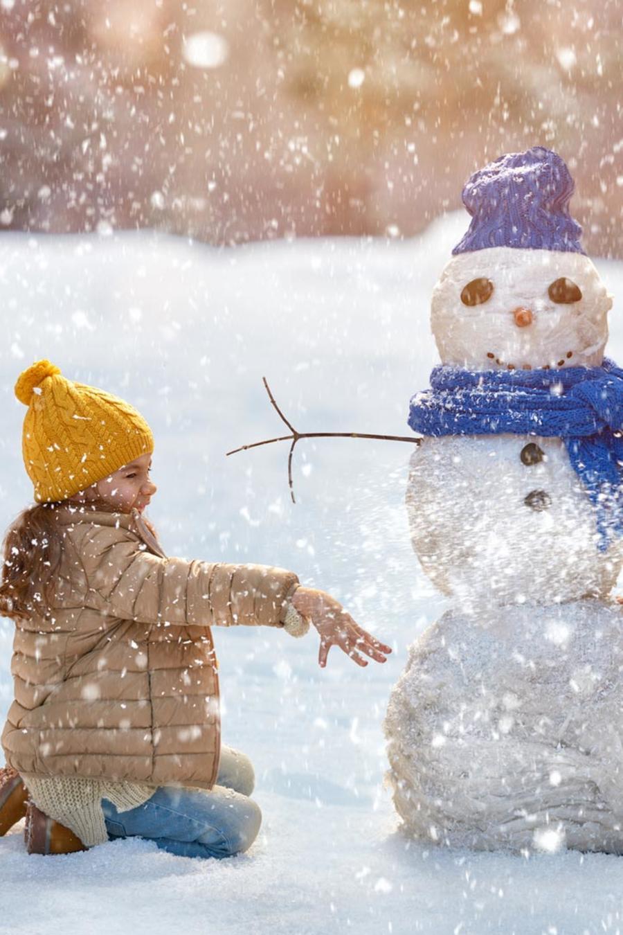 Madre e hija jugando en la nieve