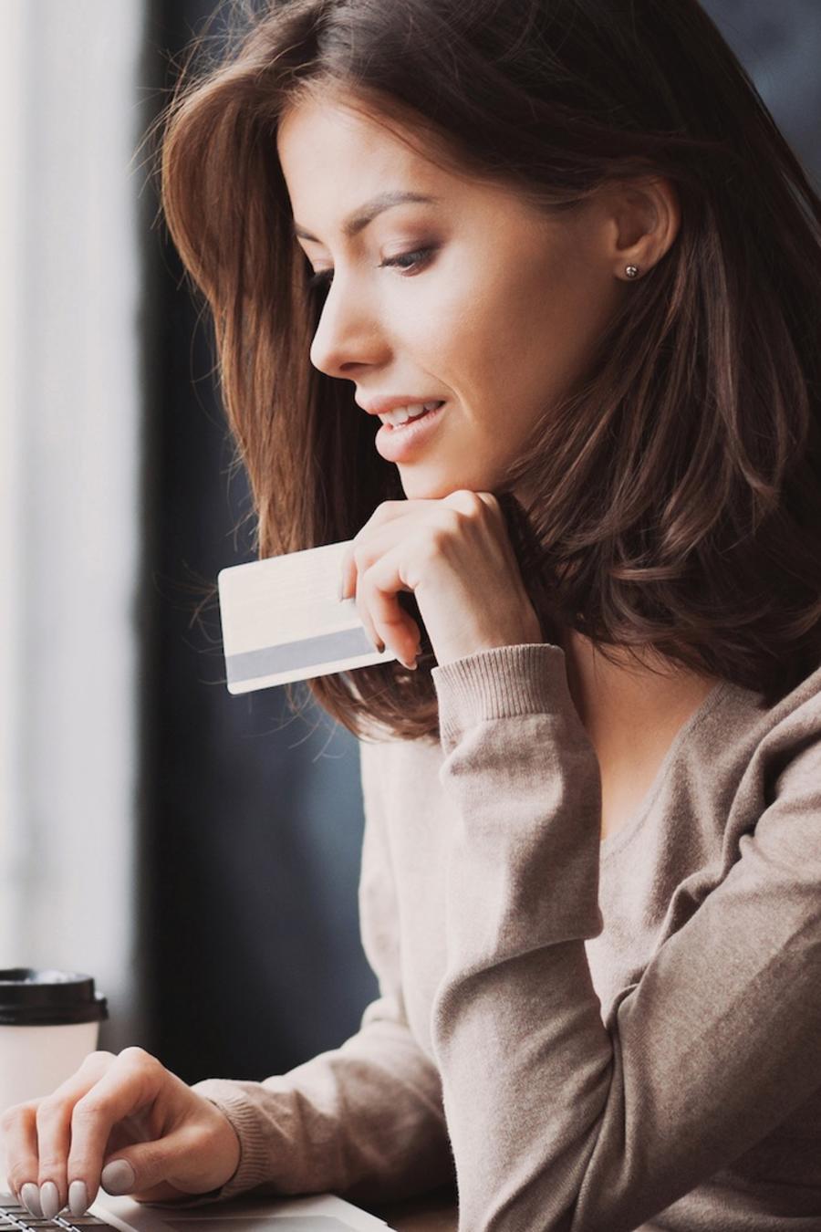 Mujer comprando con tarjeta de crédito