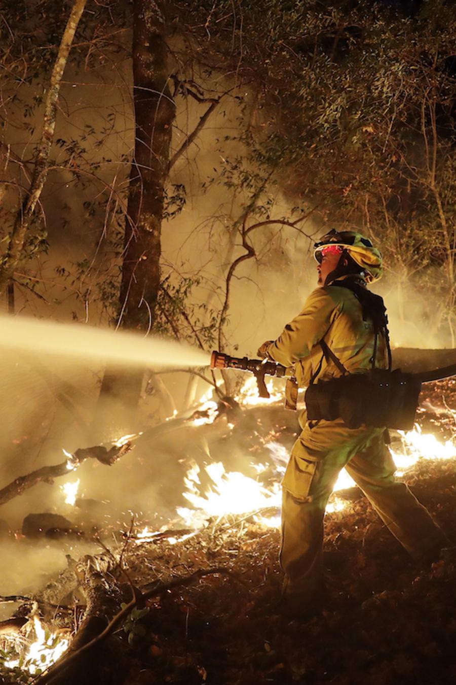 Bomberos combaten el fuego el 14 de octubre en Santa Rosa, California.