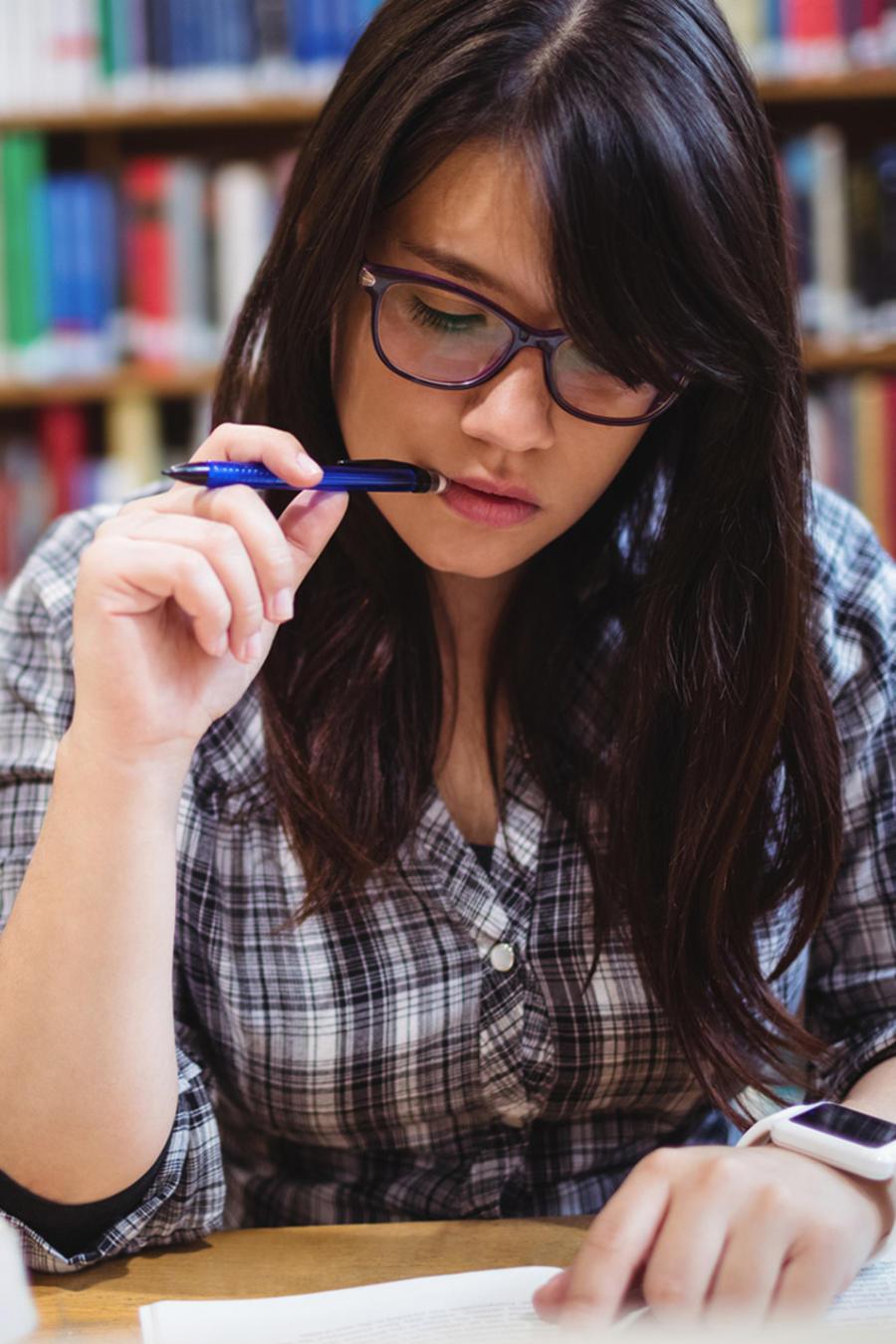 Estudiante lee en biblioteca