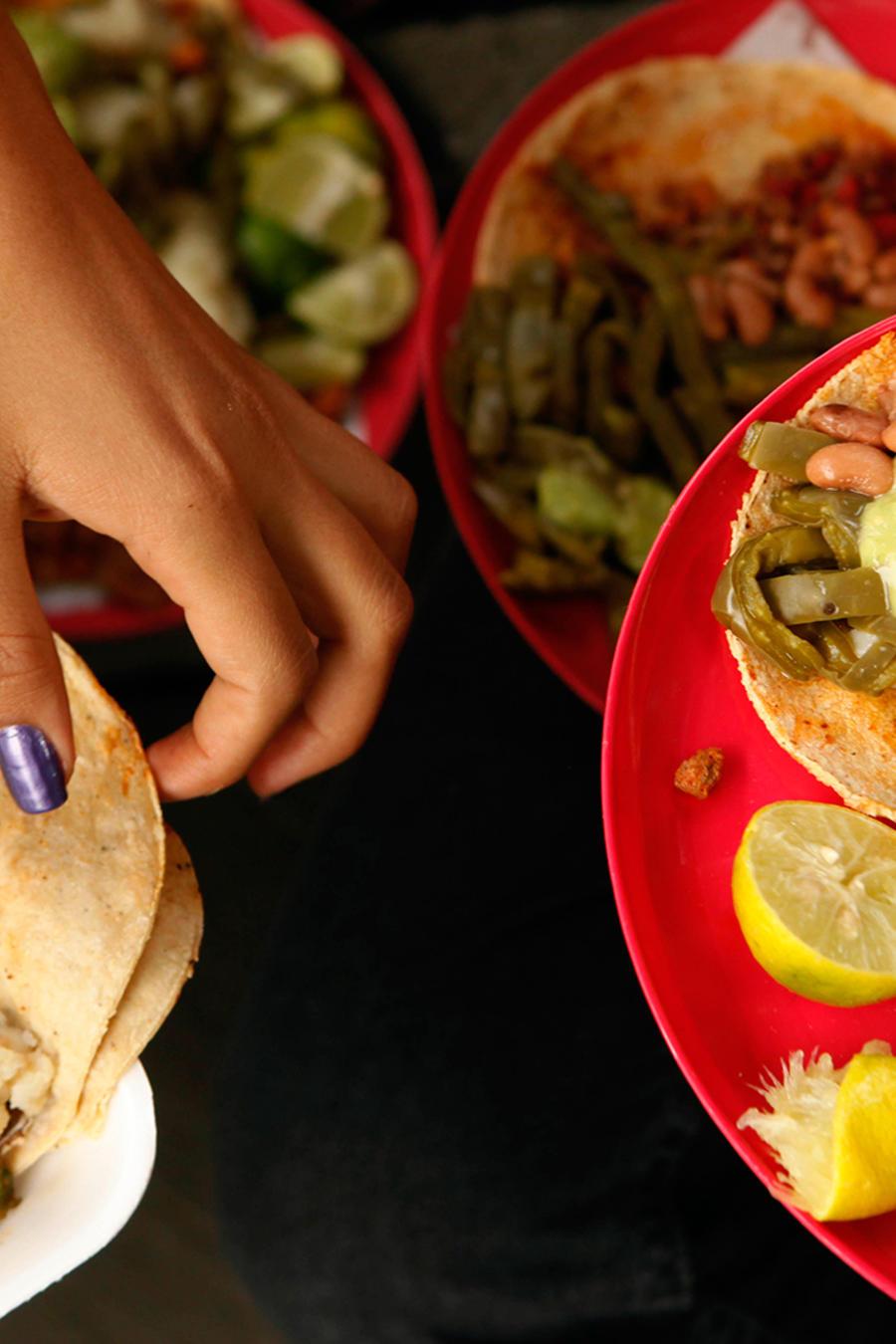 Archivo: Personas comen tacos en México