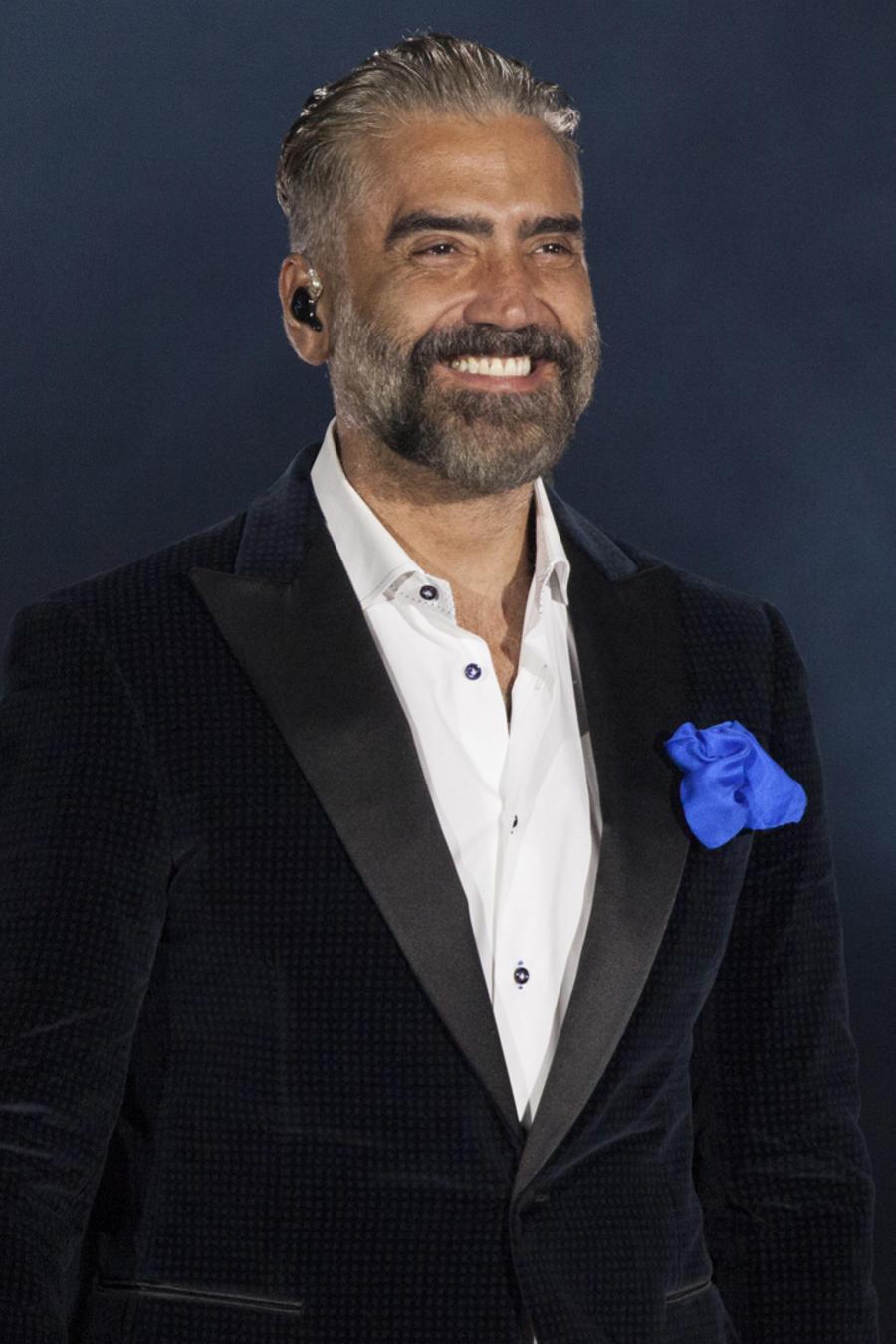 Alejandro Fernández sonriendo