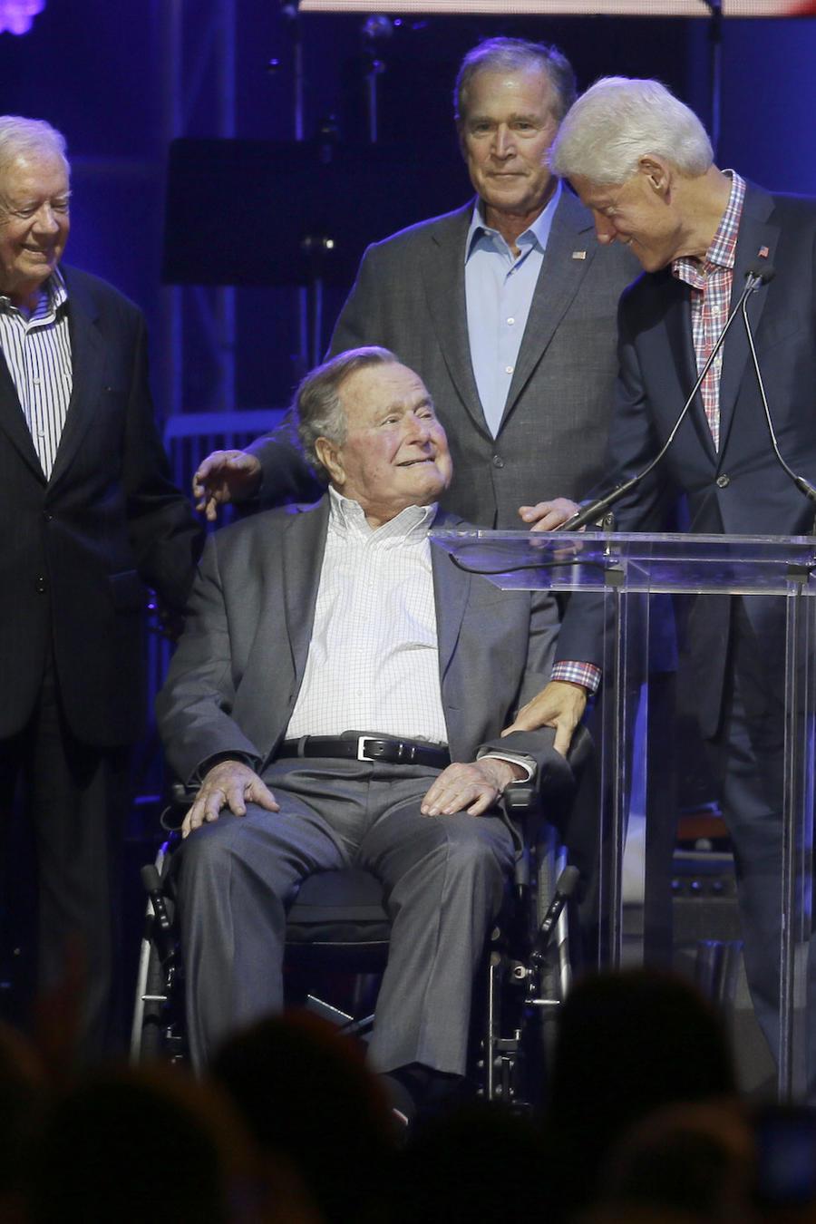George Bush, en silla de ruedas, rodeado del resto de ex presidentes vivos el 21 de octubre en Texas.