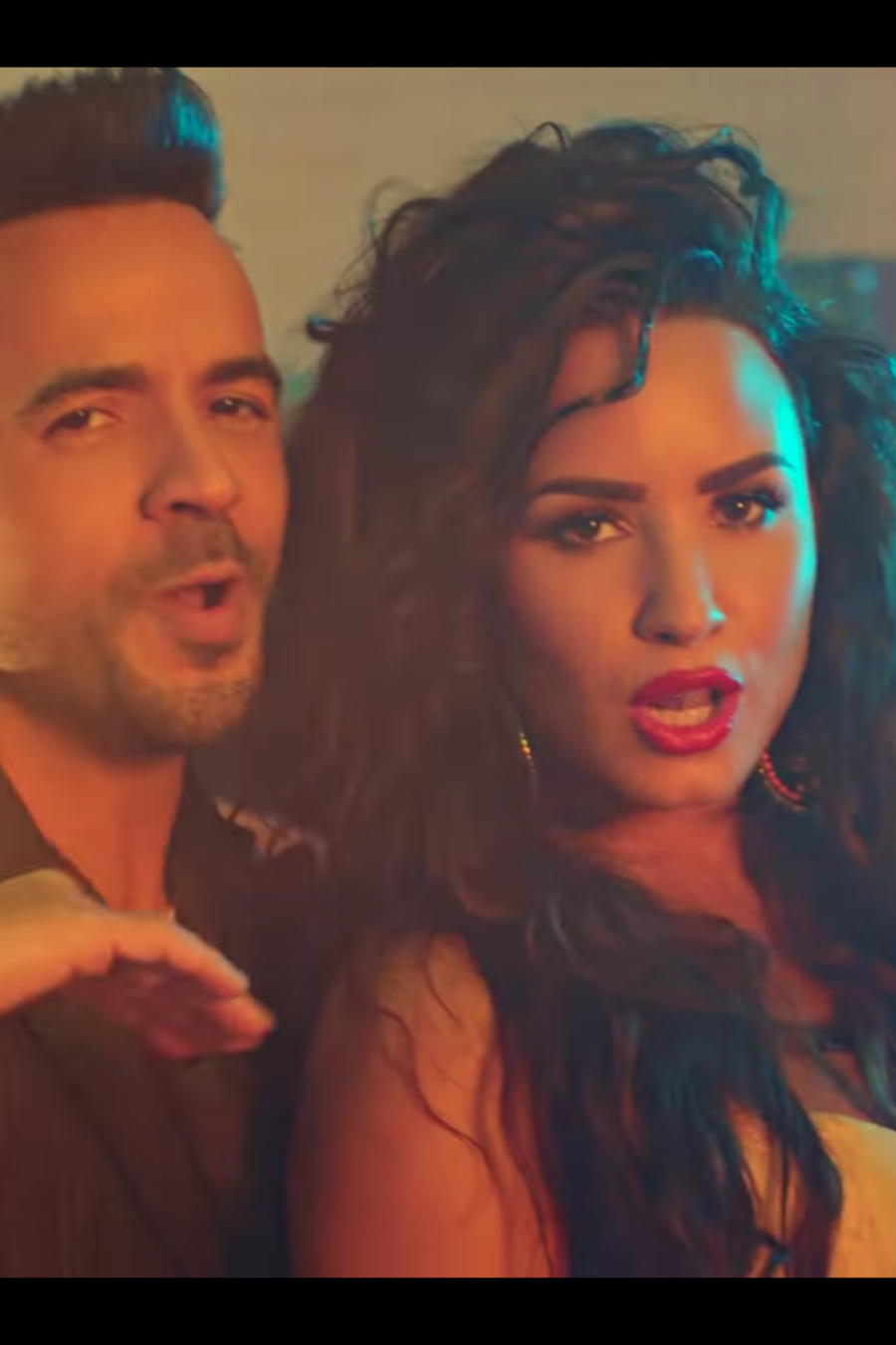 Luis Fonsi  y Demi Lovato en Echame la Culpa