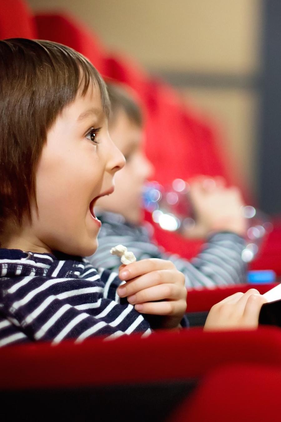 Niños pequeños en el cine