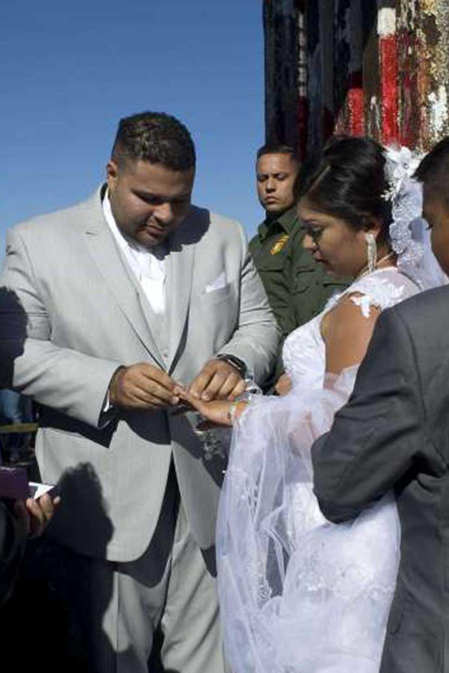 Pareja se casa en la frontera