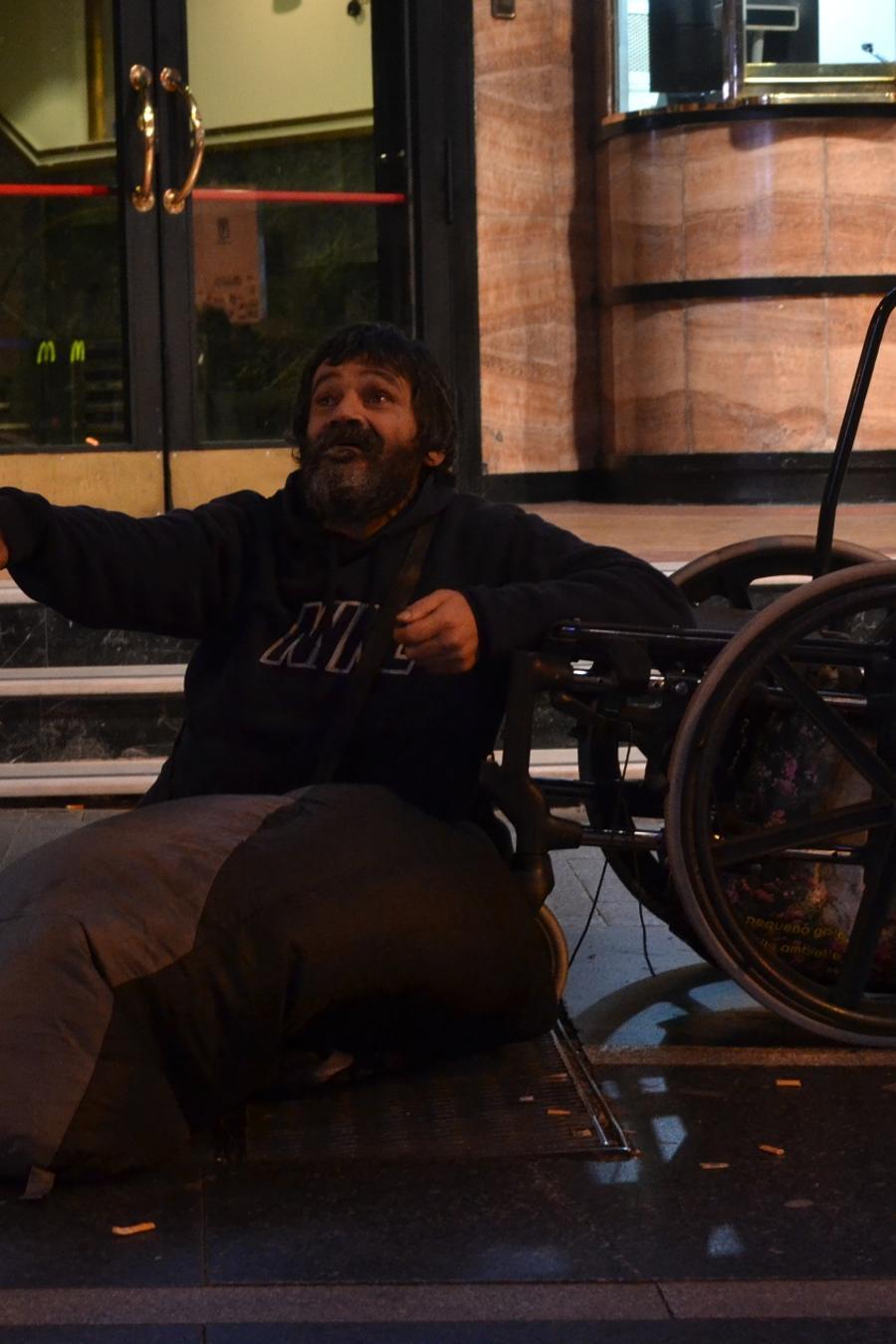 Juan Mascuñano, pidiendo dinero en la Gran Vía, Madrid.