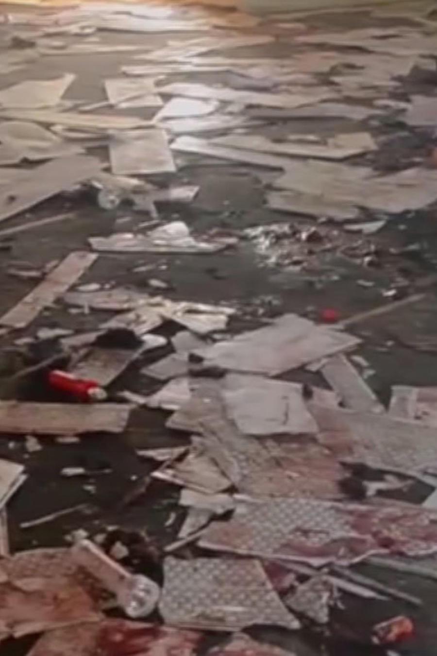 Documentos tirados en el piso de la mezquita donde ocurrió el ataque