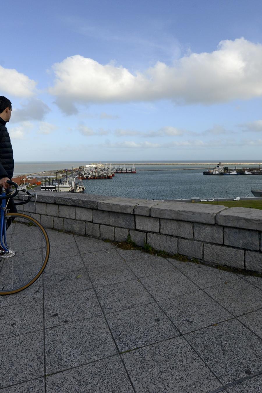 Una pareja contempla la base naval de Mar de Plata, Argetina.