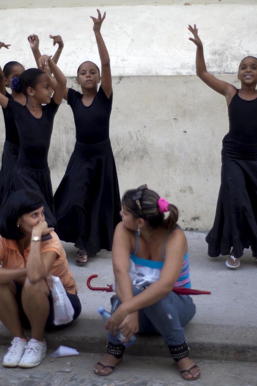 Estudiantes en una calle de La Habana en 2012.
