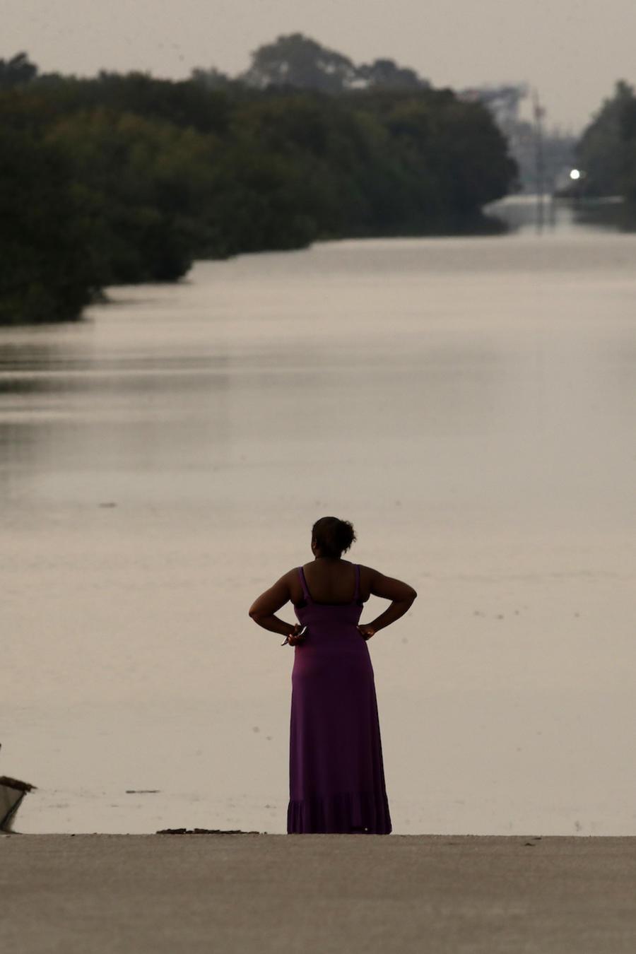 Una familia observa las inundaciones de Harvey en Houston el 1 de septiembre.