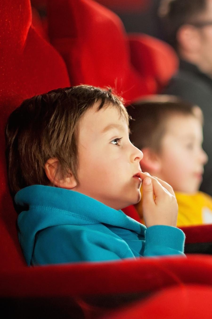 Dos niños en el cine viendo una película