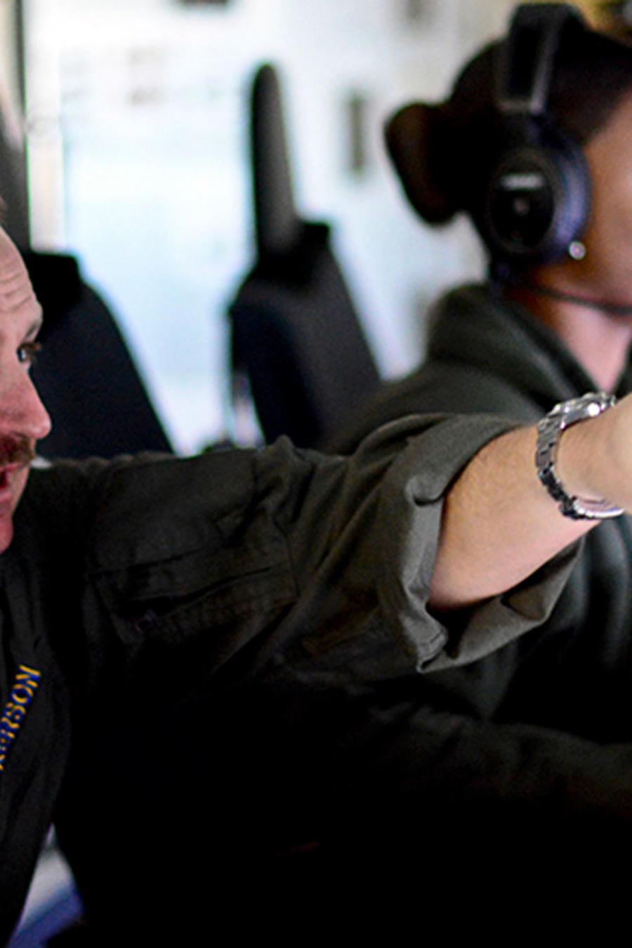 Miembros de la Naval de Argentina siguen la investigación de la desaparición del submarino