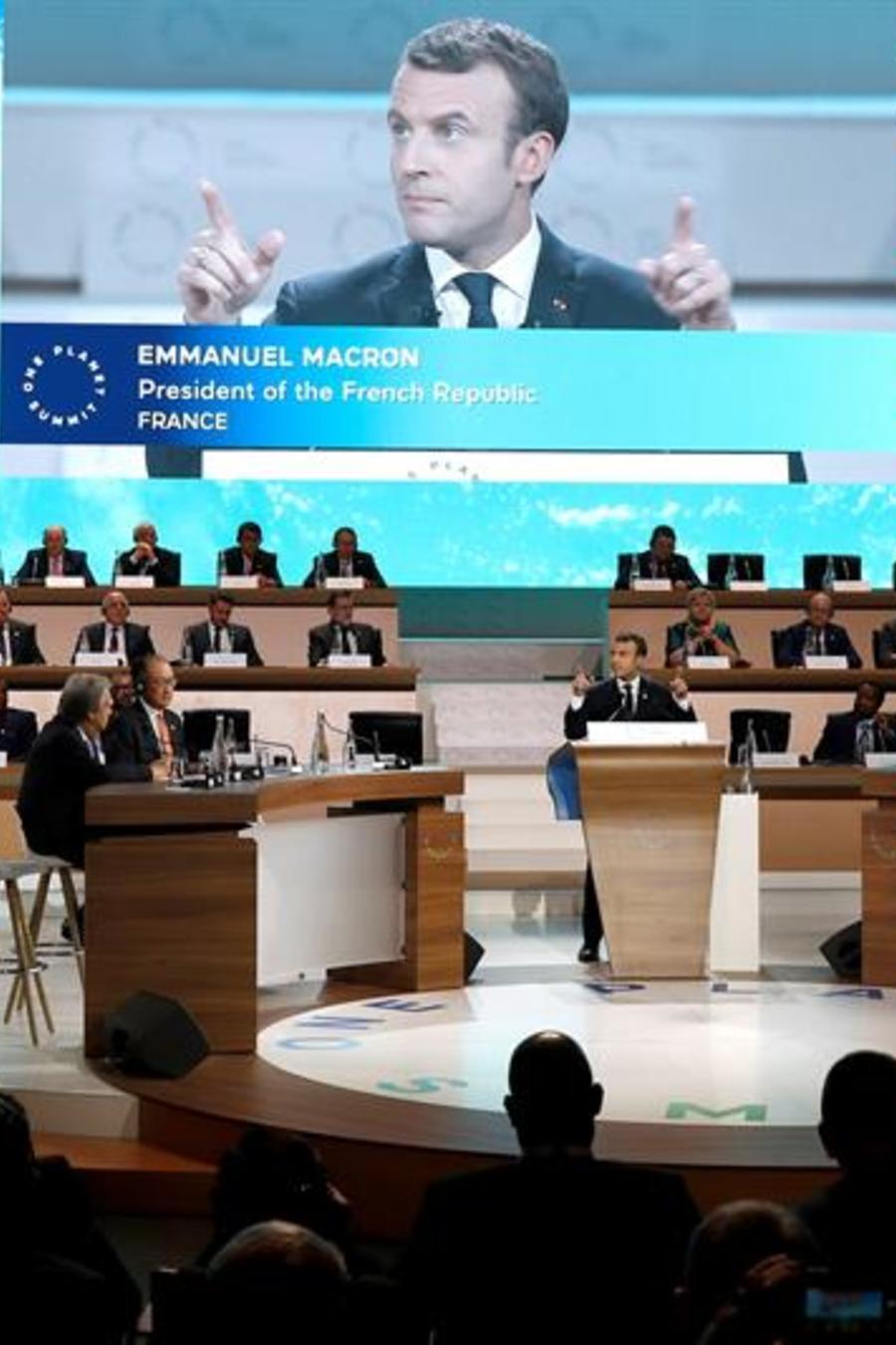 El presidente francés, Emmanuel Macron, interviene durante la sesión plenaria de la cumbre del clima que se celebra en la isla de Seguin, en el oeste de París, Francia, hoy 12 de diciembre de 2017.