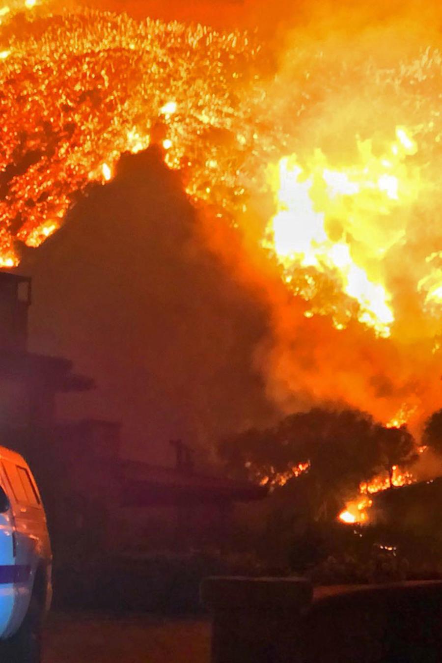 Patrulla policial  en uno de los fuegos que arden en el sur de California
