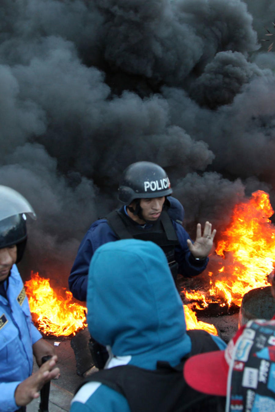 La policía intenta controlar las manifestaciones violentas en Honduras