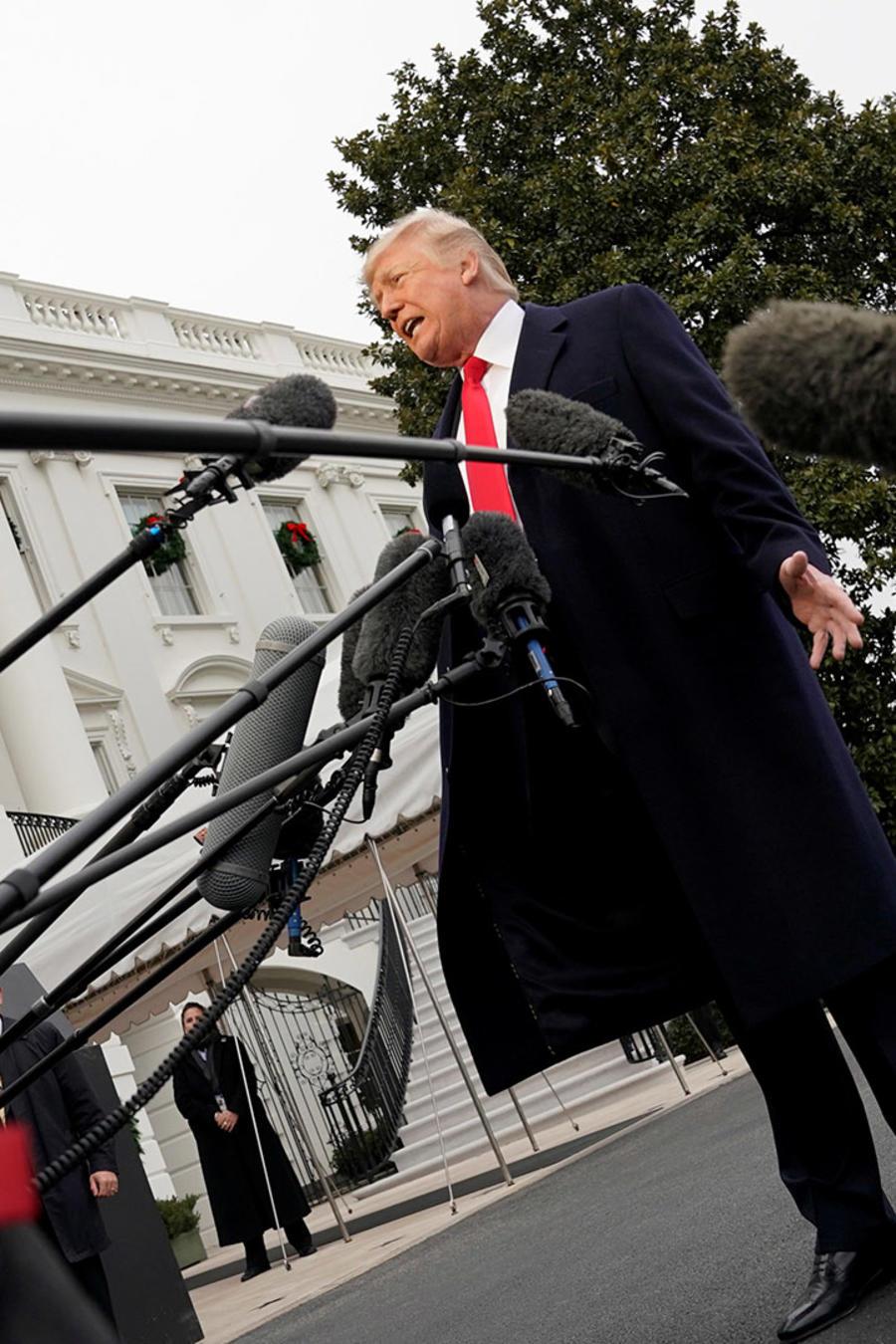 El presidente Trump habla a la prensa en la Casa Blanca antes de partir rumbo a la Academia del FBI en Quantico, Virginia, este viernes 15 de diciembre de 2017.