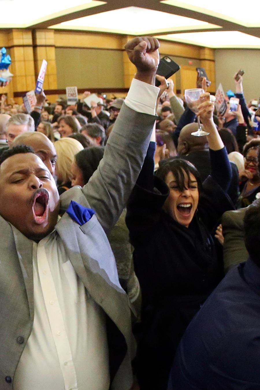 Partidarios del demócrata Doug Jones celebran su triunfo en Alabama