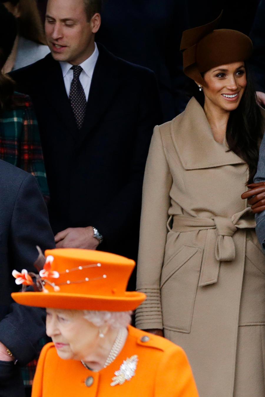 El príncipe Enrique y su prometida Meghan Markle llegan al servicio religioso de Navidad en la iglesia de Santa Magdalena en Sandringham, Inglaterra, el lunes 25 de diciembre de 2017.
