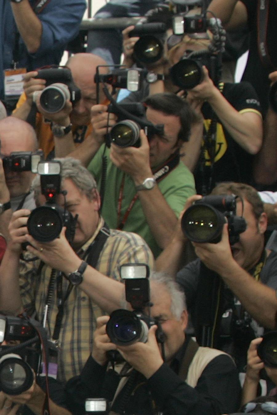 Imagen de archivo de fotógrafos profesionales en un evento público.