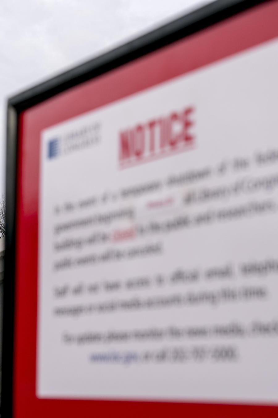 El Capitolio, con un signo avisando del cierre del Gobierno, este lunes.