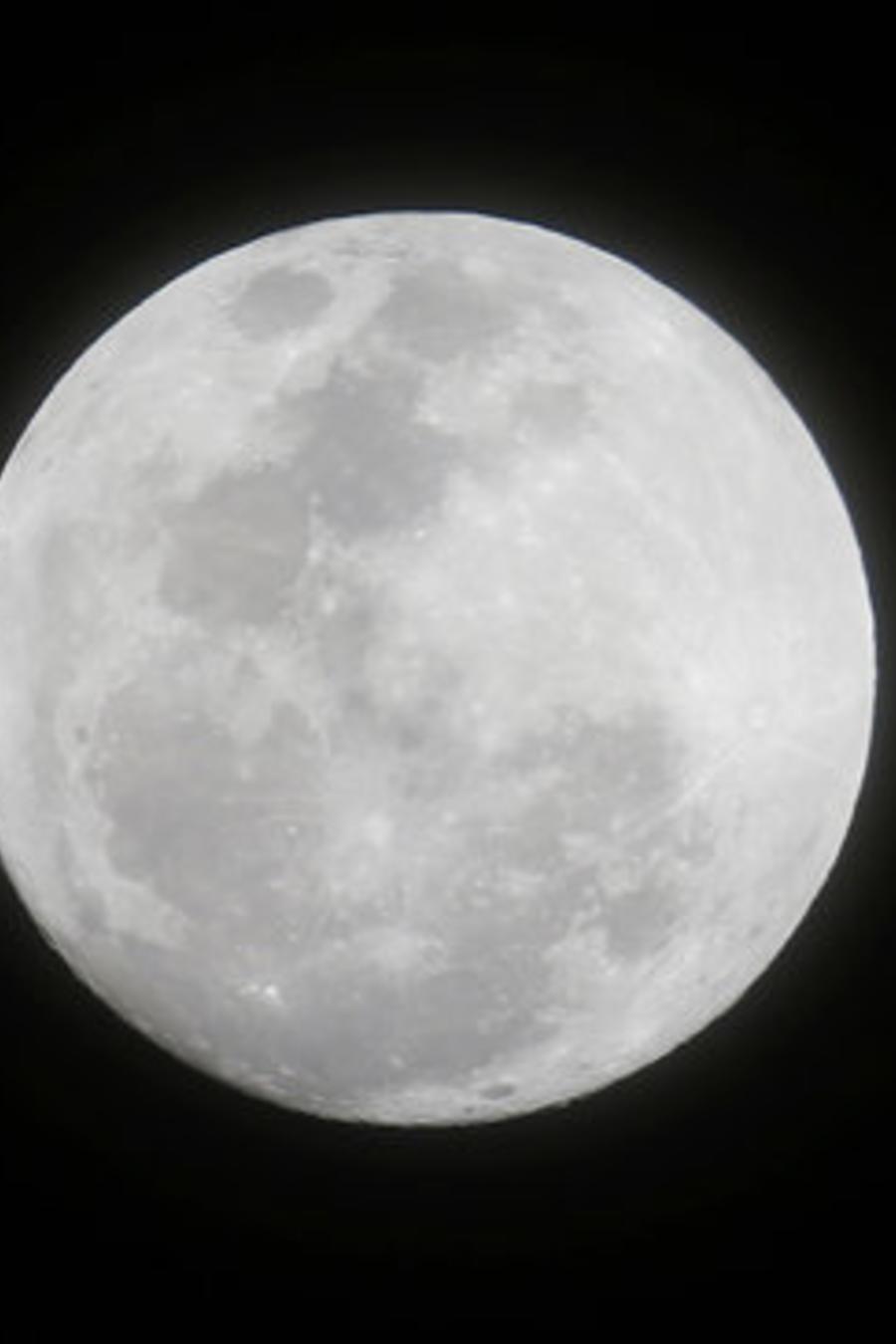 Superluna vista desde Makati, ciudad de Manila (Filipinas), el 1 de enero de 2018.