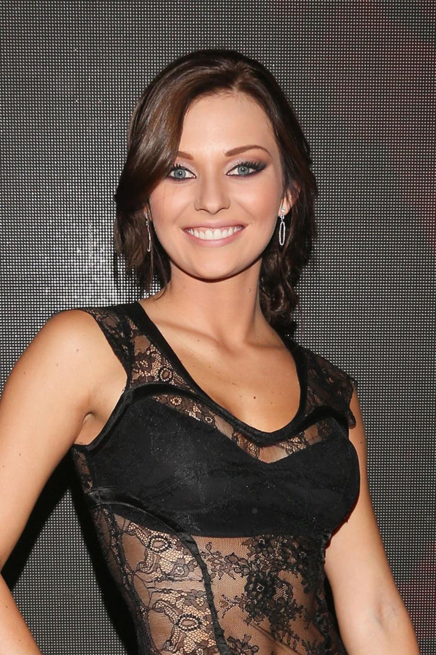 Irina Baeva sonriendo