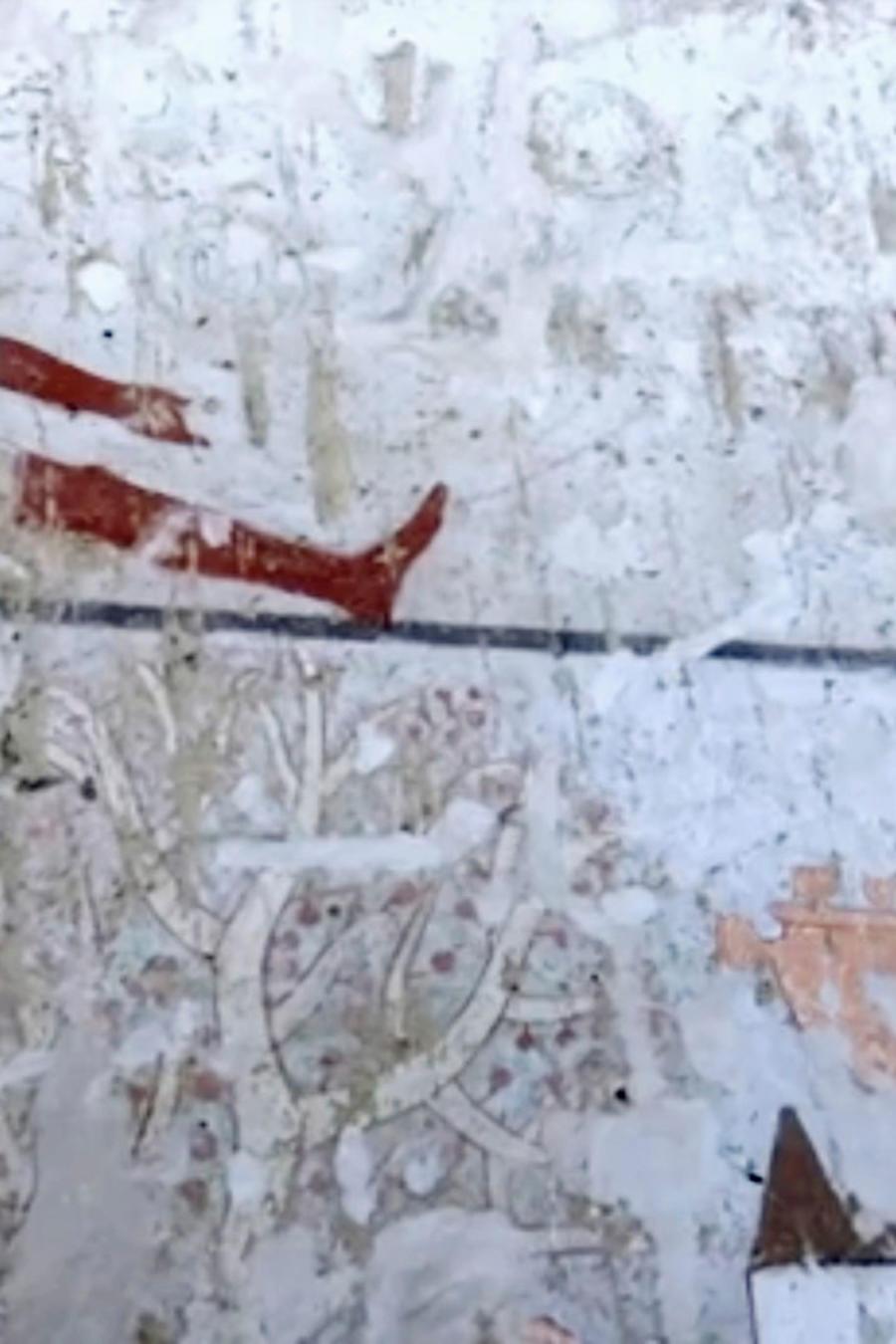 Detalle de una de las pinturas murales halladas en la tumba