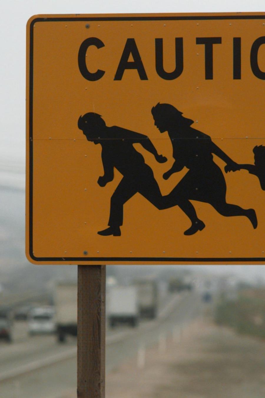Señal de precaución por inmigrantes cruzando la calzada, en una imagen de archivo de 1996.
