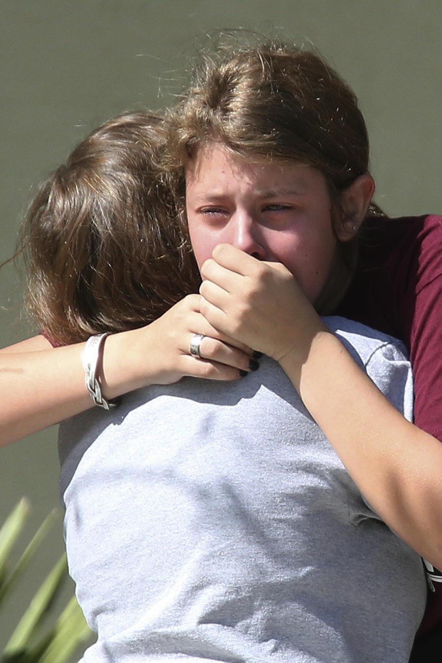 Estudiantes, el jueves tras el tiroteo en la escuela Marjory Stoneman Douglas de Florida.