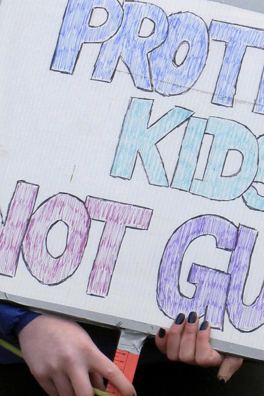 """Protesta contra las armas de fuego este martes en Vermont. En el cartel se puede leer: """"Proteja a nuestros niños, no a las armas""""."""