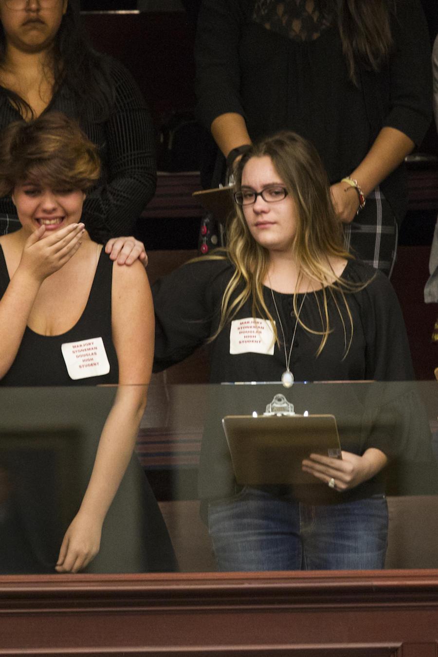 Sheryl Acquarola, de 16 años, reacciona ante el fracaso de la iniciativa para  aumentar el control de armas este martes en la Cámara de Representantes de Florida.