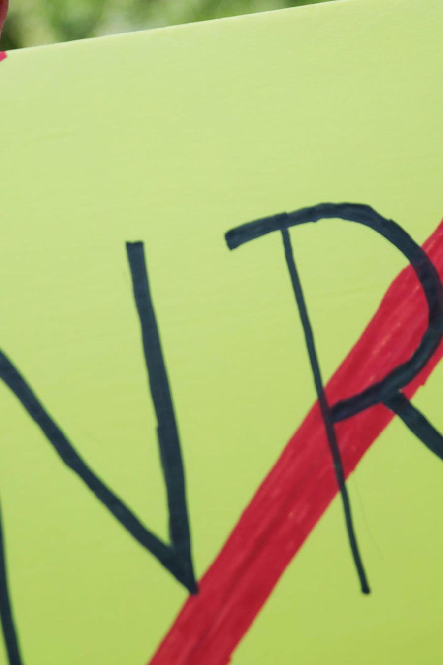 Pancarta en contra de la Asociación Nacional del Rifle