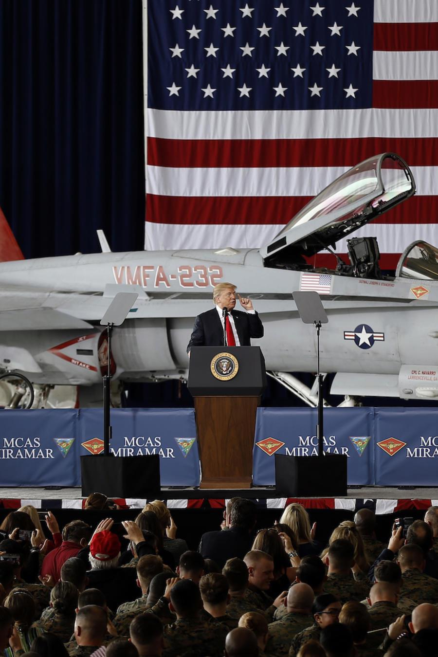 Donald Trump hablando ante militares en una base en San Diego, el 13 de marzo de 2018.