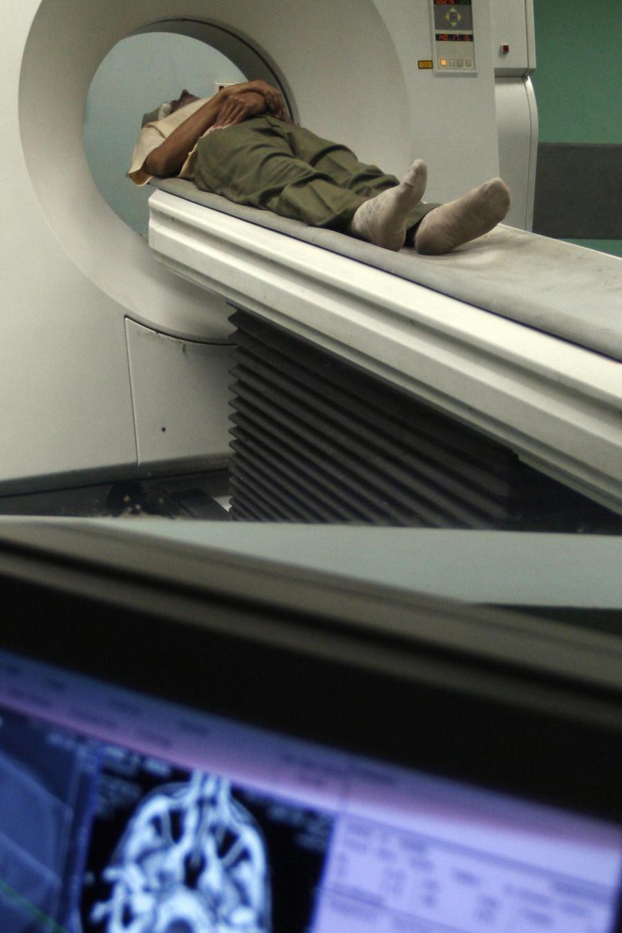 Un hombre se somete a una tomografía computerizada, en una imagen de archivo.