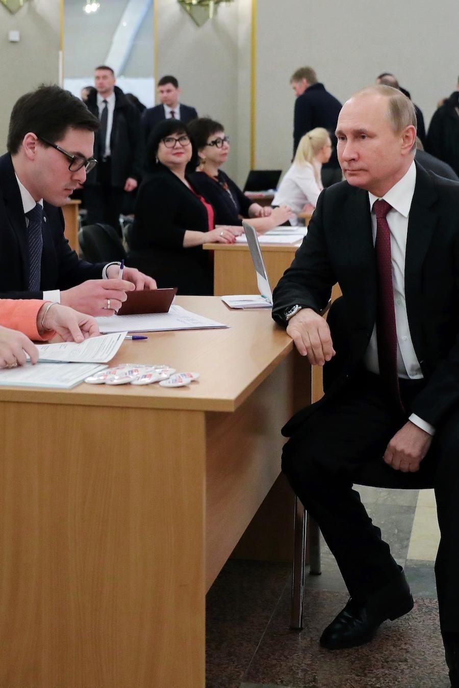 Putin, en el momento de votar este domingo en Moscú.