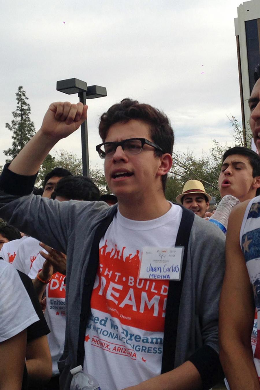 Jóvenes de la organización United We Dream corean eslóganes para parar las deportaciones a las afueras de las oficinas de ICE en Phoenix, Aizona.