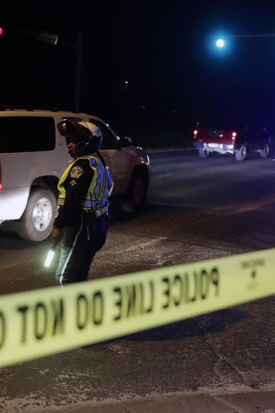 La policía de Austin restringe el acceso a la sitio de la explosión de este domingo en Austin, Texas.