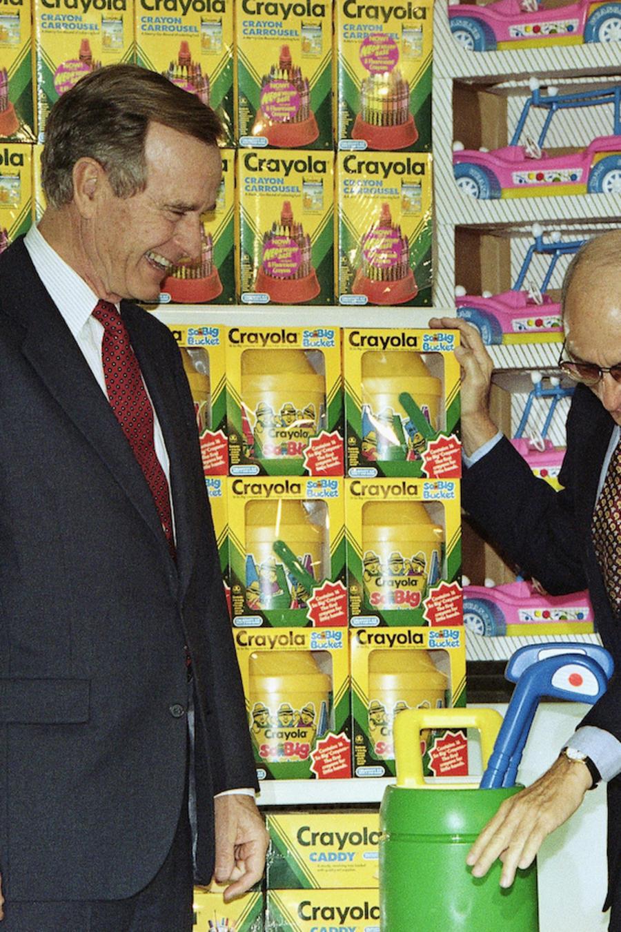 Charles Lazarus (derecha), con el ex presidente George Bush en 1992 en una tienda de Toys 'R' Us en Japón.