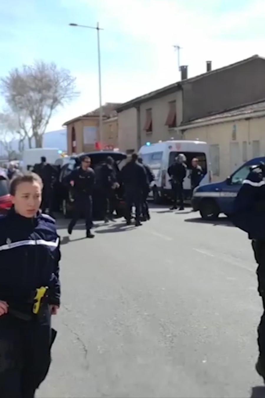 La policía durante la toma de rehenes hoy en Trèbes, Francia.