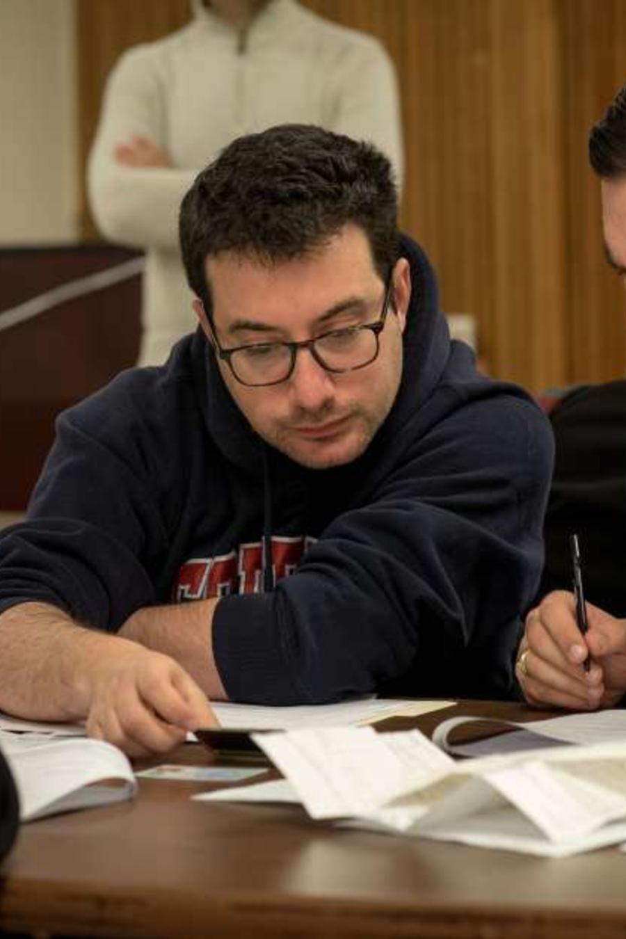 """Abogados """"pro bono"""" ayudan a inmigrantes a llenar el formulario N-400."""